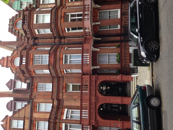 The Apartments by The Sloane Club: Location on Sloane Gardens just near the tube station