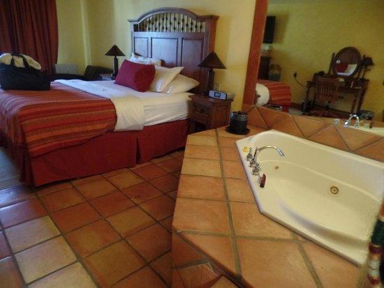 Avila La Fonda Hotel: tub right next to bed