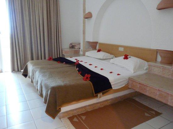 Hotel Al Jazira Beach & Spa : Lit double et décoré, sur socle