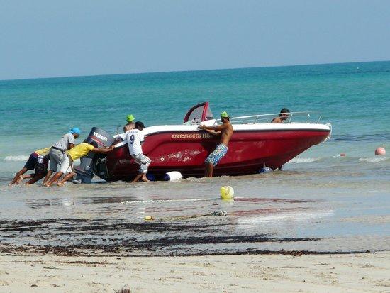 Hotel Al Jazira Beach & Spa : Préparatifs du bateau à parachute et bouée.