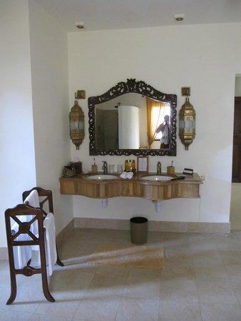 Baraza Resort & Spa: Immense salle de bain de notre villa