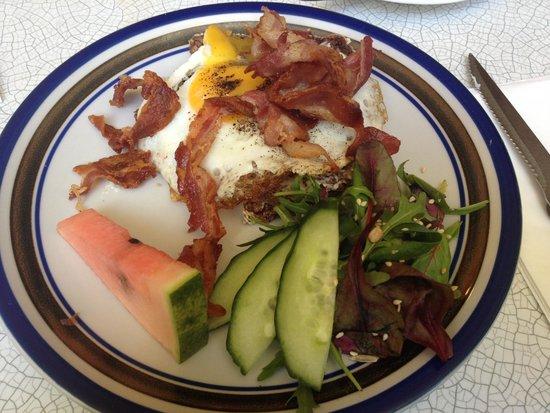 Kalaset: Sunny side up and bacon