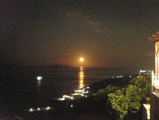 To Steki tou Nikou: moonlight!!