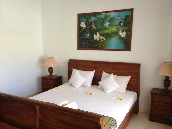 Two Fish Divers Lembongan: Comfy bed with Frangipani flowers everywhere