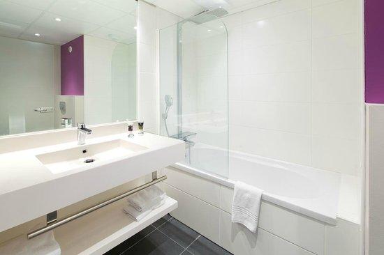 Mercure Strasbourg Aéroport : salle de bain avec baignoire