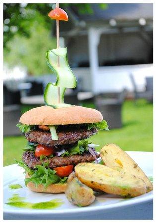 Gloppen Hotell : Heimelaga hjorteburger / Homemade deer burger