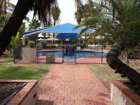 Ibis Styles Alice Springs Oasis : Partial view of pool