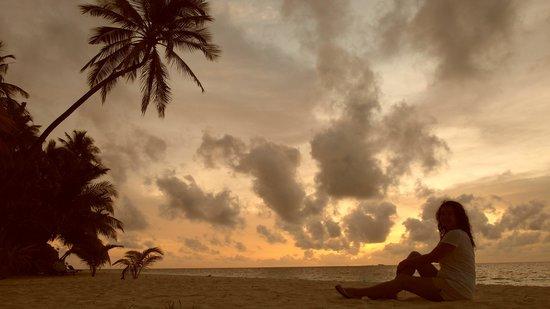 Filitheyo Island Resort: Atardecer en la playa, delante de nuestro bungalow