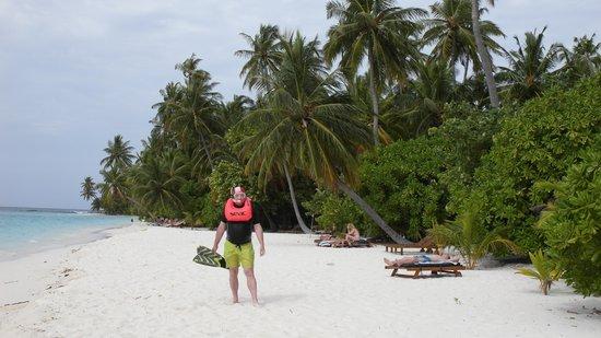 Filitheyo Island Resort: Saliendo del arrecife, en la playa, delante de nuestro bungalow