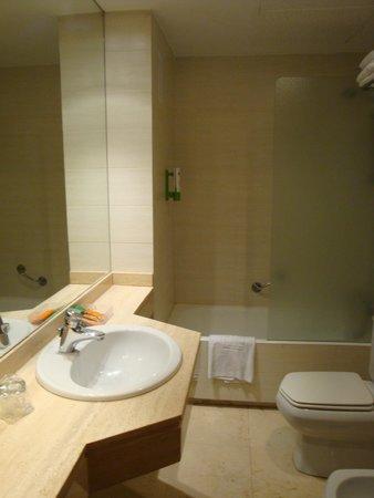 NH Rambla de Alicante: Salle de bains spacieuse, beaucoup de place pour poser ses affaires