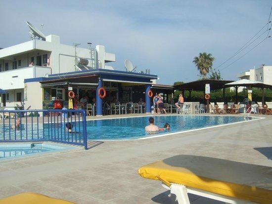 Nicon: Pool and bar area