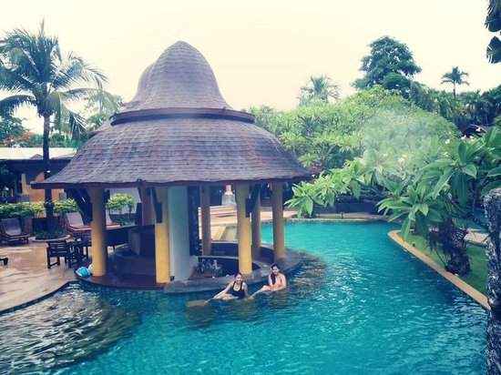 The Village Resort and Spa: pool bar