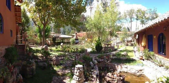 La Capilla Lodge: lush garden