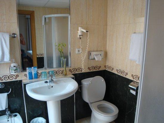 Tr s belle salle de bains avec douche tr s lumineuse picture of tryp ciudad de alicante hotel for Belle salle de bain douche