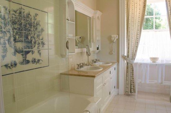 Casa Velha do Palheiro: Our spacious bathroom
