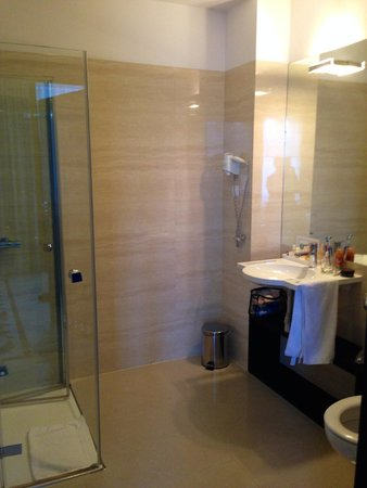 Queen Boutique Hotel: Very clean - slightly awkward set up