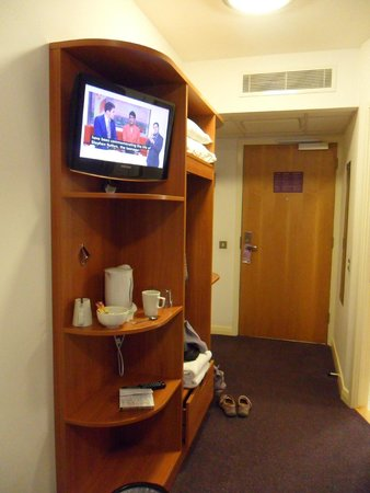 Premier Inn London Greenwich Hotel: Shelves and hanging space