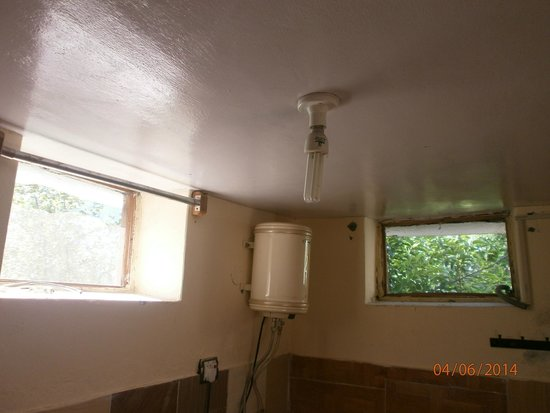 Indraprastha Cottages: Windows without shutters in toilet.