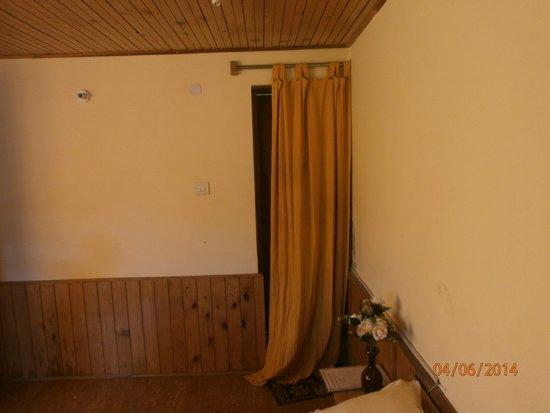 Indraprastha Cottages: Bathroom curtain