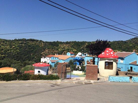 Júzcar, España: Entrada del pueblo: punto de información y parque infantil