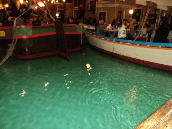 El Venexian : particolare delle barche all'interno del locale
