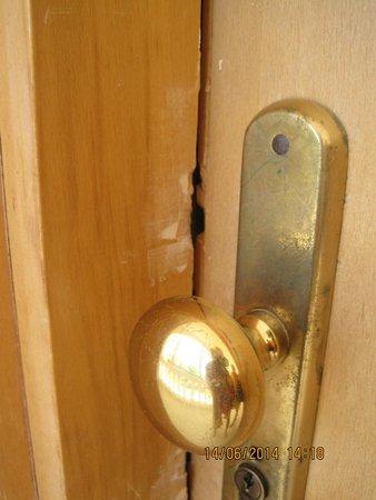 """Sunrise Diamond Beach Resort: Чтобы открыть эту дверь ключ не нужен. Замок ломался 3 раза. Вот такой """"подарок"""" за второе посещ"""