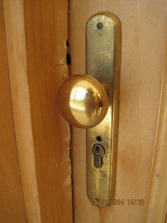 Sunrise Diamond Beach Resort: Дверь вскрывали не один раз , .
