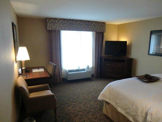 Hampton Inn Moab: Zimmer mit Schreibtisch und Fernseher
