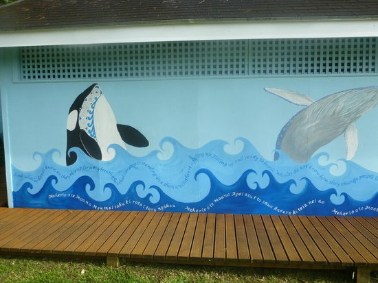 Cook Islands Whale and Wildlife Centre: The other half of the mural