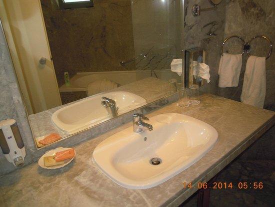 Salle de bain picture of bella beach hotel anissaras tripadvisor for Salle de bain hotel