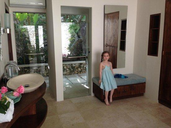 Villa Kubu Seminyak: Gorgeous glass toilet wall