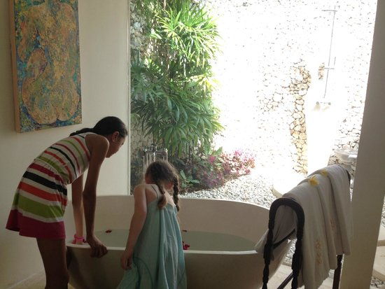 Villa Kubu Seminyak: Indoor bath looks out to outdoor shower
