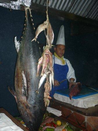 Eden Star Zarzis : Вкусная рыба Тунец и прекрасный повар,который ее готовит