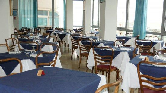 Hotel Roma: Grande sala pranzo con vista mare    Nuova  gestione!!!