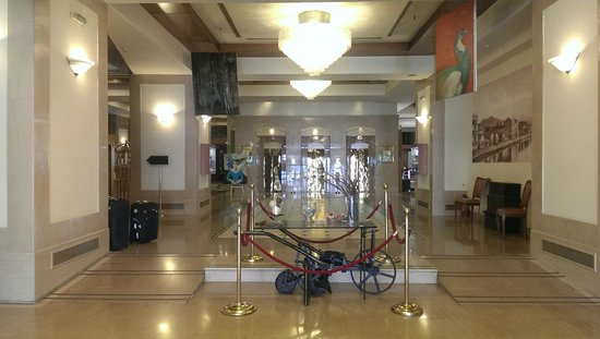 Capsis Hotel Thessaloniki : hall to the lobby