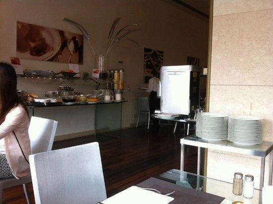 Hilton Florence Metropole : Frühstückssaal und Kaffeeautomat