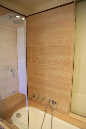 Hilton Florence Metropole: Dusche