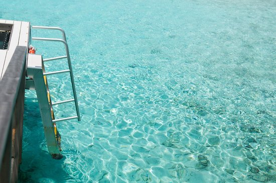 Holiday Inn Resort Kandooma Maldives : Спуск из номера к воде