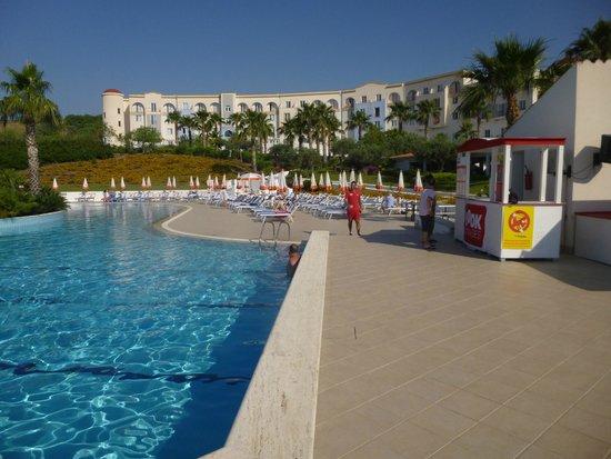 Costanza Beach Club : une vue du bâtiment et de la piscine