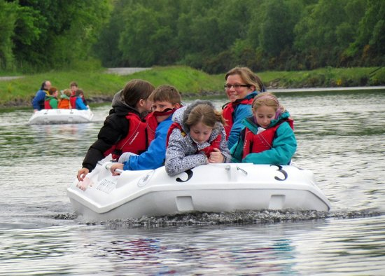 Banavie, UK: Kids having fun while skippering the eco friendly motor boats under the inspection of Ben Nevis