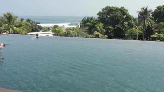 Pullman Bali Legian Nirwana: View from the pool deck towards the beach / sea