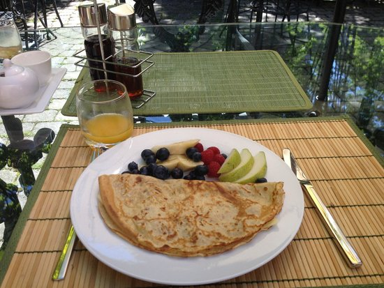 Le Terra Nostra : Delicious crepes and fruit for breakfast!