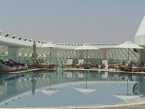 Yas Viceroy Abu Dhabi: Adult pool area - so quiet