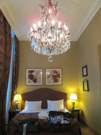 Grand Hotel Casselbergh Bruges : The sleepiing area of our room with beautiful chandelier