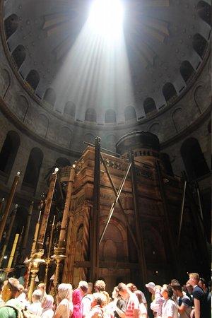 Église du Saint-Sépulcre (Jérusalem) : Свет над Кувуклией