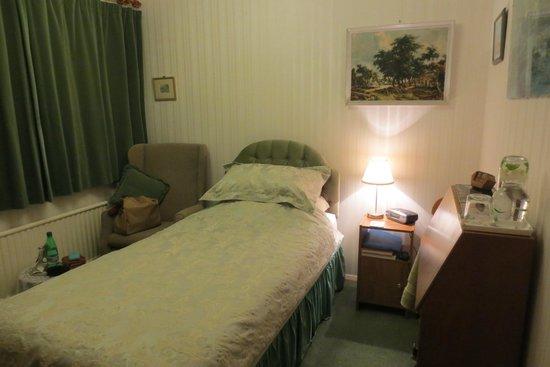 The Wirrals: Zimmer - Blick aufs Bett