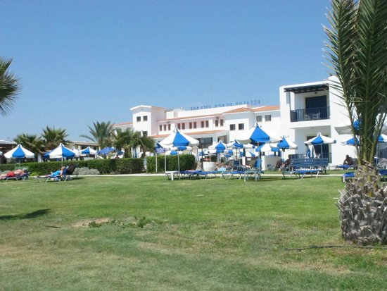 Kefalos Beach Tourist Village: View of swimming pool and hotel from the beach