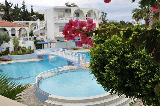Hotel Pefkos Garden: Всегда можно найти место под солнцем и тень.