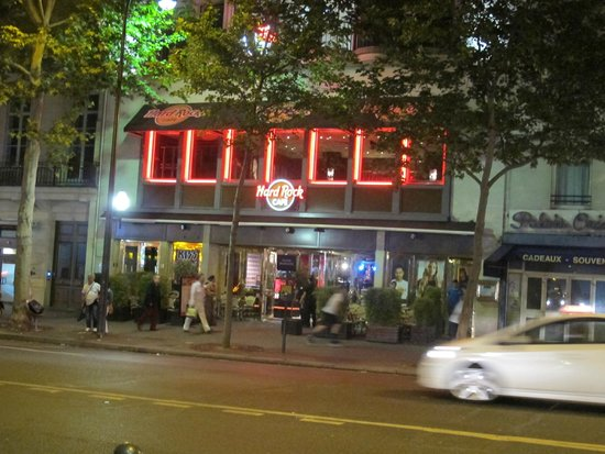 Hard Rock Cafe Paris interior at 11.00 pm