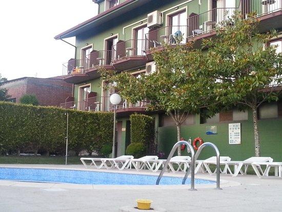 Lombina Hotel: Fachada trasera con la piscina